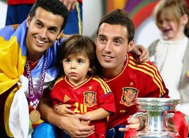 Santi Cazorla y su hijo Enzo