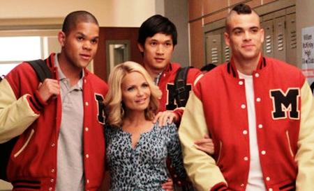 Kristin Chenoweth y los chicos de Glee