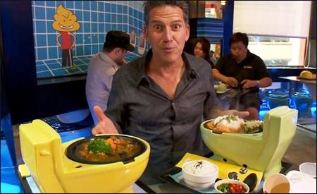 Bob Blumer en un restaurante friki