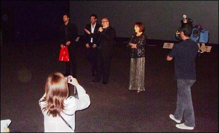 Álex de la Iglesia y los actores presentando la película