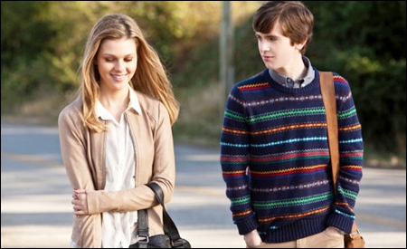 Bradley y Norman (Nicola Peltz y Freddie Highmore)