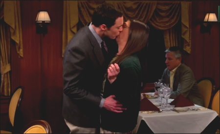 Sheldon besando a Amy