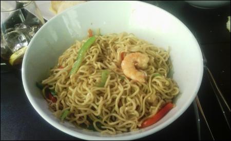 Noodles salteados con verduras y langostinos