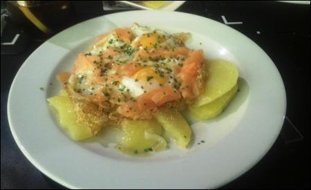Huevos estrellados con salmón ahumado y cebollino fresco