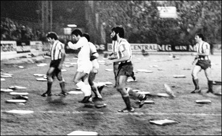 Los jugadores abandonando el campo ante la caída de almohadillas