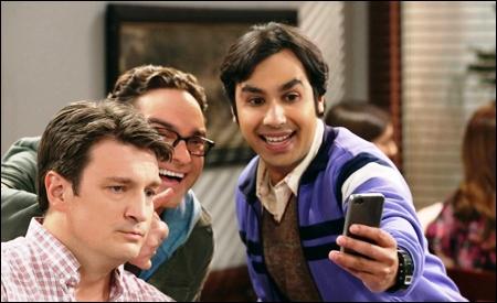 Nathan Fillion con Leonard y Raj