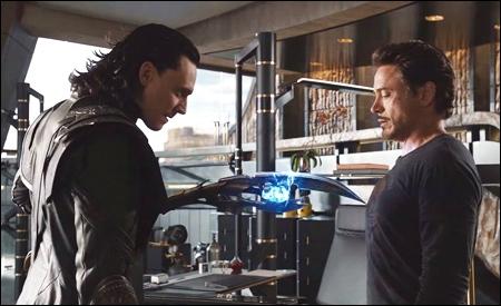 Loki usando el cetro contra Tony Stark