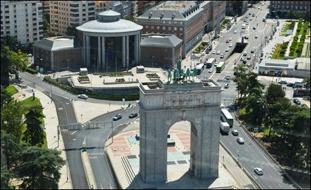 Vistas del Arco de la Victoria y la Junta Municipal de Distrito